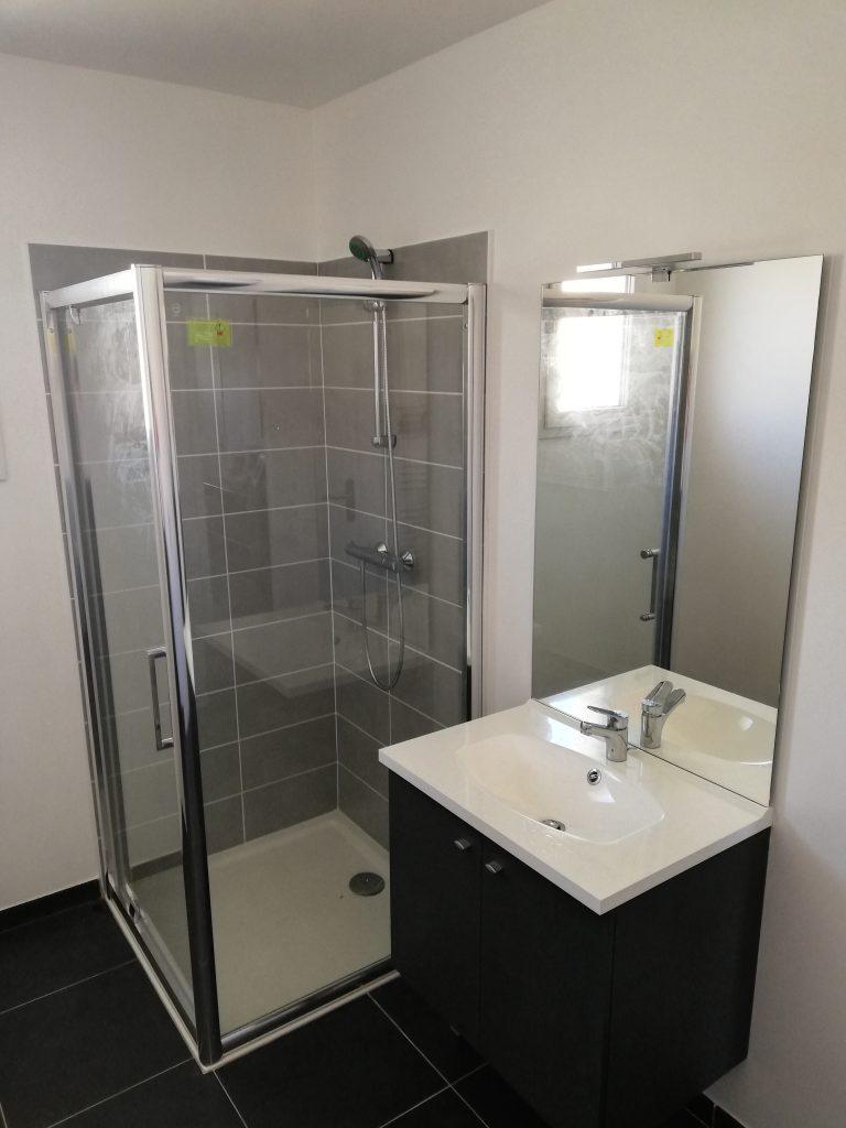 Rénovation complète salle de bain. Pose carrelage, bac à douche, mitigeur thermostatique, paroi de douche et meuble de salle de bain.