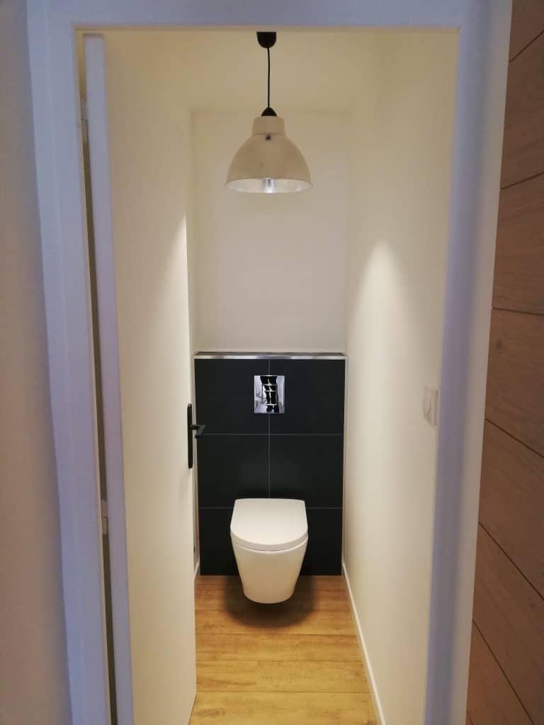 wc suspendu GEBERIT avec sa plaque de finition chromé