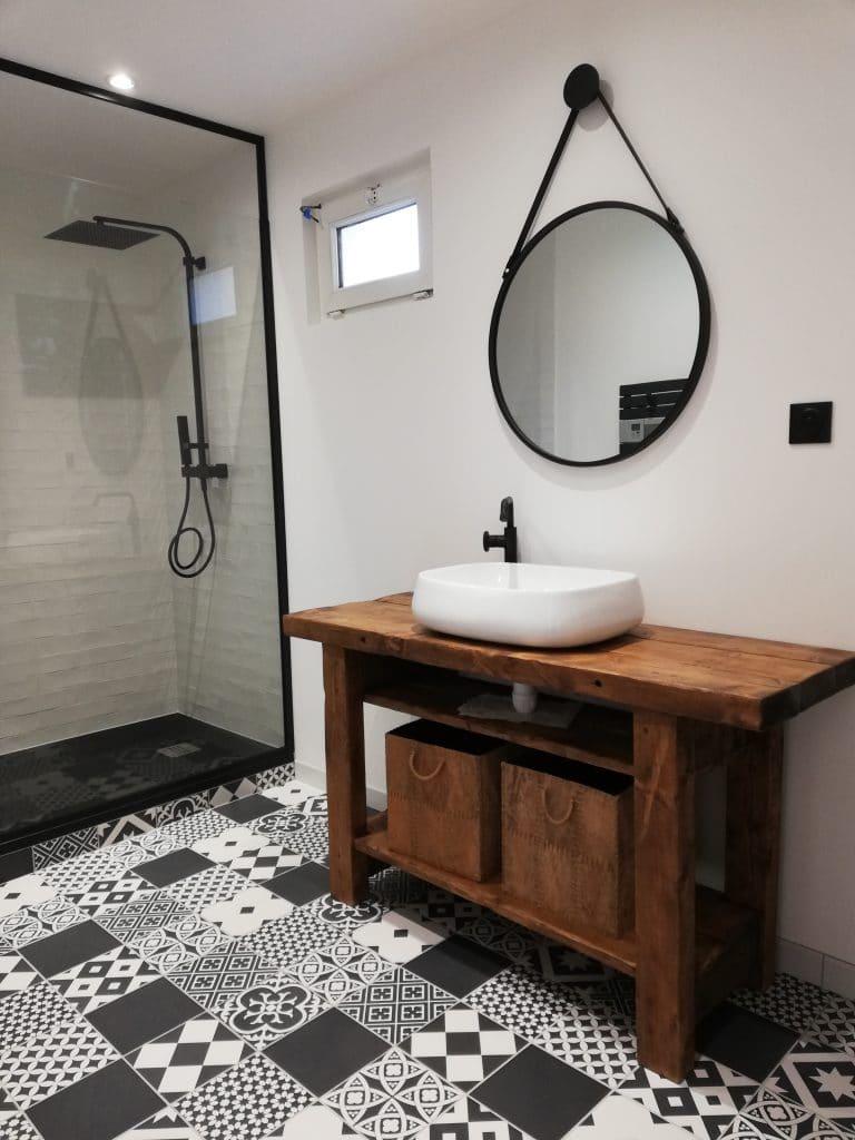 Ensemble meuble vasque sur-mesure et espace douche.